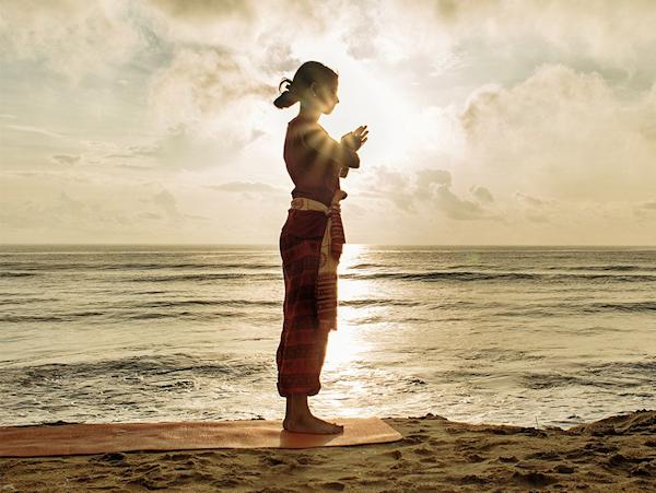 Vrouw bij de zee