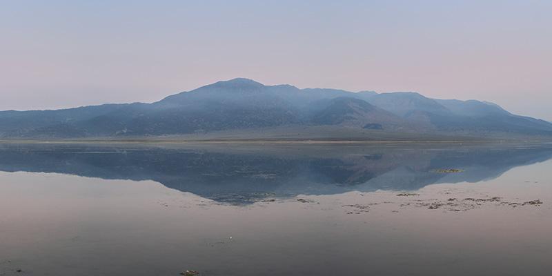 Berg spiegelt in meer